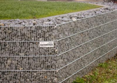Gartenstützmauer mit Gabione verkleidet