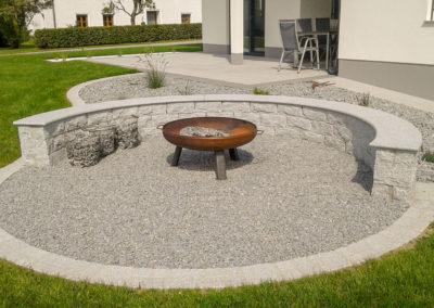 Grillplatz aus Granitsteinen mit Abdeckplatte
