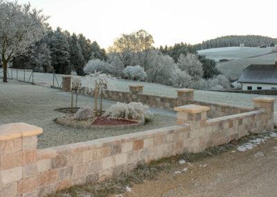 Gartenmauer aus Betonsteinen Tegula Muschelkalk