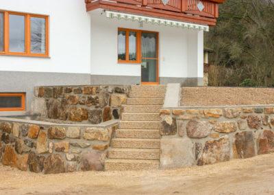 Aussenstiege aus Blockstufen Granit Hellgelb Rustika