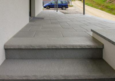 Stufen und Hauseingang aus Betonsteinplatten Mittelgrau