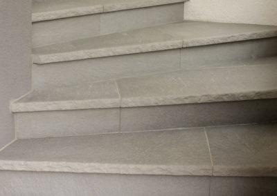 Stiegenaufgang aus Betonsteinplatten