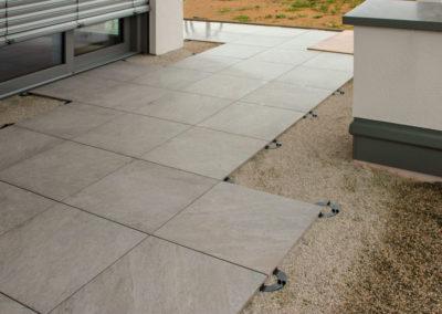 Verlegung von Keramikplatten 2 cm auf Terrasse in Splitt