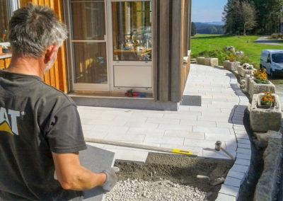 Verlegung von Traufen- und Terrassenpflaster aus Windhaager Granit