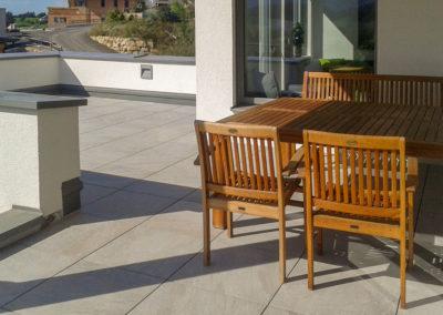Terrasse aus Keramikplatte 60/60/2 cm; lose in Splitt verlegt