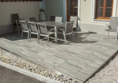Terrasse aus Keramikplatten im Holzdesign