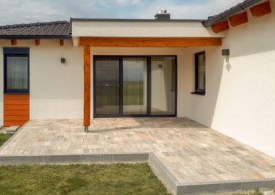Terrasse aus Betonplatten Muschelkalk, Einfassung mit Granitpalisaden