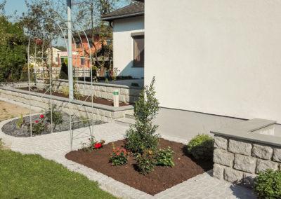 Zugang und Blumenbeeteinfassung aus Granit-Pflastersteinen