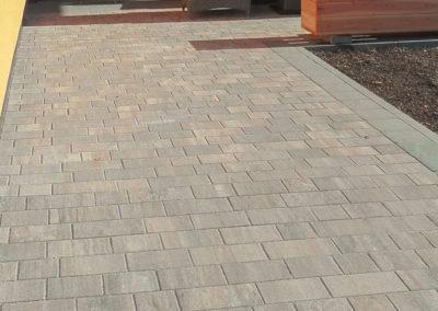Zugang aus Betonpflaster Muschelkalk mit Graniteinfassung