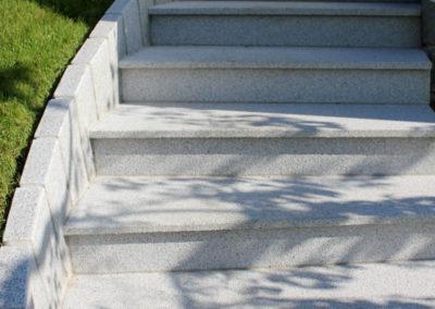 gedrehte Stiegenanlage aus Neuhauser Granit, Einfassung aus Granitpalisaden