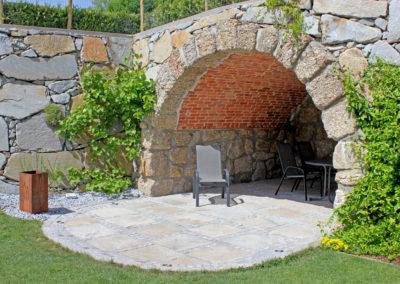 Boden aus antiken Traufenplatten im Wechsel mit Kleinsteinen verlegt