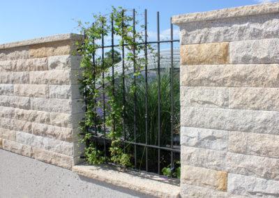 Gartenmauer aus Granitsteinblöcken und Abdeckplatte G350