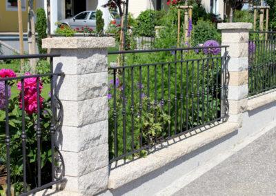 Pfeiler und Abdeckplatten für Gartenmauer aus Granitsteinen Rustika
