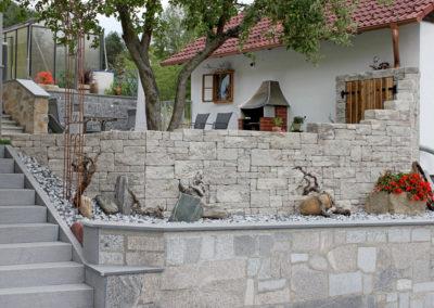 Betonsteinmauer Muschelkalk, Steine bossiert und gespalten