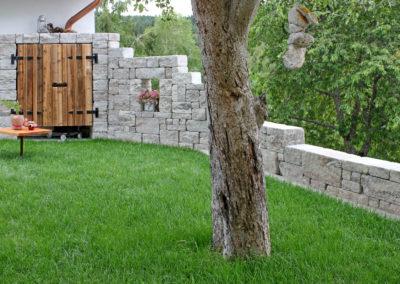 Gutshofmauer Muschelkalk, in verschiedenen Höhen versetzt