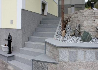 Stiegenanlage aus Blockstufen Granit Dunkelgrau