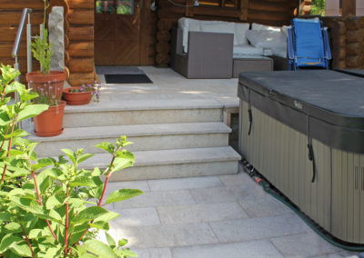 Terrasse und Stiegenaufgang aus Natursteinplatten