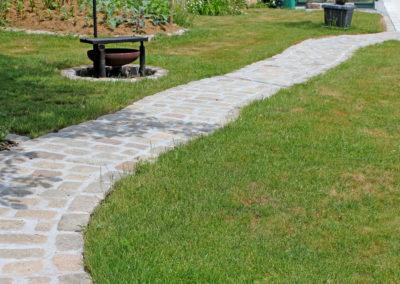 Gartenweg aus antiken Pflastersteinen