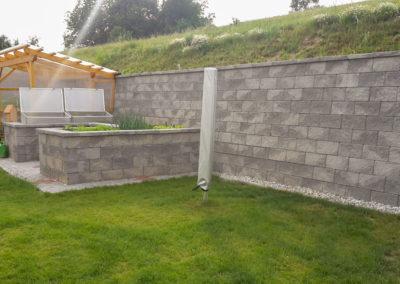 Stützmauer mit integr. Hochbeeten bestehend aus Beton-Mauersteinen in Felsen-Grau (Trockenverlegung)