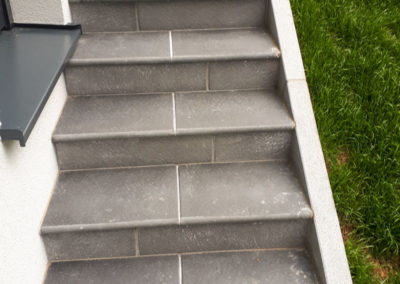 Stiege aus Betonplatten verlegt, Einfassung Granitpalisaden