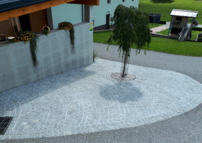 Abstellfläche mit Granit-Kleinsteinen verlegt