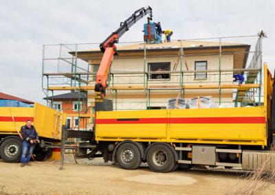 Kran-LKW beim Dachdecken