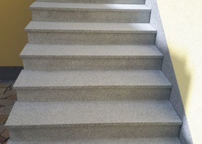 Stufenanlage aus Granit hellgrau Tritt- und Setzstufen