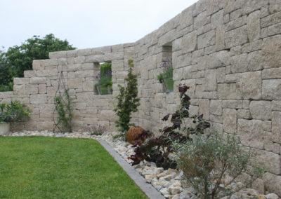 Sichtschutzmauer aus Betonsteinen in der Farbe Kalkstein-Schattiert, verschiedene Längen und Höhen